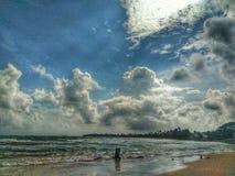 Strand mooie overzeese wolkenzonsondergang Stock Foto