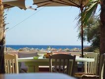 Strand in Mykonos unter dem blauen Himmel Lizenzfreies Stockbild