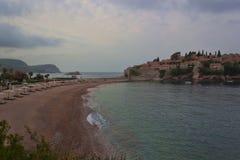 Strand nära ön av Sveti Stefan Arkivbilder