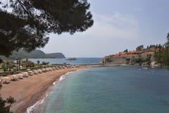 Strand nära ön av Sveti Stefan Arkivfoton