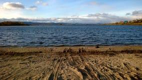 Strand nära Ural berg Arkivfoto