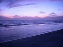 Strand nach Sun unten lizenzfreie stockfotos