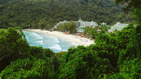 Strand nahe dem Hotel lizenzfreie stockbilder