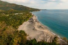 Strand nahe Sengiggi, Lombok, Indonesien mit breitem sandigem Vordergrundbereich - Farbversion stockbilder