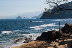 Strand, oceaan en bergen een te herinneren mening zich Stock Fotografie
