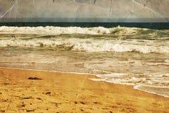 Strand, Oceaanwater met golven Overzeese zandkust stock afbeelding