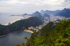 Strand och berg, Rio de Janeiro, Brasilien Royaltyfri Bild