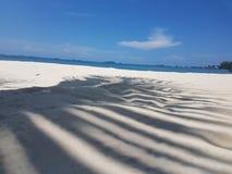 Strand och blått hav Arkivfoto
