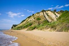 Strand och branta klippor nära Agios Stefanos, Korfu ö, Grekland Royaltyfria Bilder