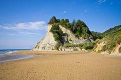 Strand och branta klippor nära Agios Stefanos, Korfu ö, Grekland Arkivbilder