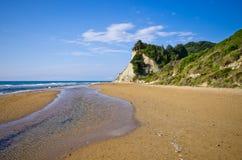 Strand och branta klippor nära Agios Stefanos, Korfu ö, Grekland Arkivfoton