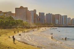 Strand och byggnader av Fortaleza Brasilien Arkivfoto