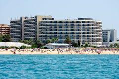 Strand och byggnader på den Algarve kusten, Portugal Royaltyfria Bilder