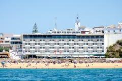 Strand och byggnader på den Algarve kusten, Portugal Royaltyfria Foton