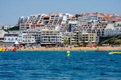 Strand och byggnader på den Algarve kusten, Portugal Arkivbild