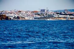 Strand och byggnader på den Algarve kusten, Portugal Arkivfoton