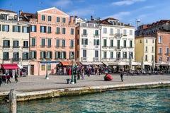 Strand och färgrika byggnader i Venedig, Italien Royaltyfria Foton