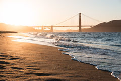 Strand och guld- port på solnedgången Arkivbilder