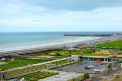 Strand och hav av den kust- staden Dieppe i Seine den maritima avdelningen i den Normandie regionen av nordliga Frankrike royaltyfria foton