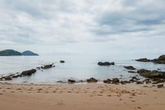 Strand och hav med molnhimmel arkivfoton