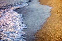 Strand och hav med vågor royaltyfri fotografi