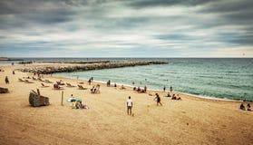 Strand och hav under molnig mörk sommardag Royaltyfri Fotografi