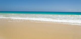 Strand- och havs vågor i Fuerteventura Royaltyfri Fotografi