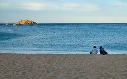 Strand och holme i Tossa de Mar Arkivbild