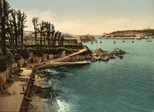 Strand och Ile de Tristan, Douarnenez, Frankrike Royaltyfria Foton