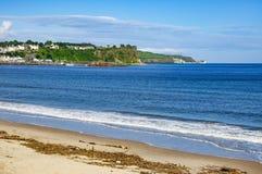 Strand och klippor i nordligt - Irland Arkivfoto