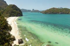 Strand och kustlinje på Angthongen Marine Park i Thailand Royaltyfria Foton