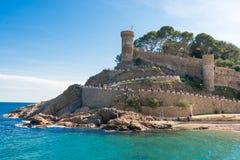 Strand och medeltida slott i Tossa de Mar, Spanien Arkivfoto
