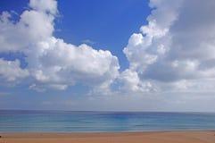 Strand och moln royaltyfria bilder