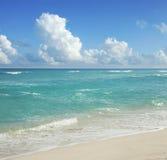 Strand och moln i Cancún, Mexico arkivfoto