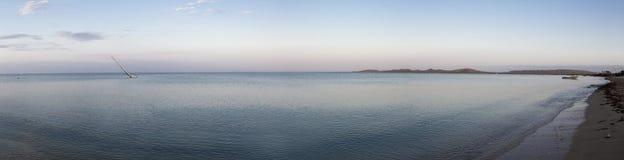 Strand och segelbåt av La Guajira tidigt på morgonen Royaltyfria Bilder