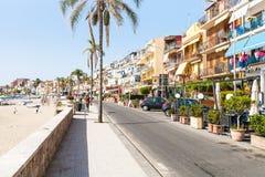 Strand och strand i den Giardini Naxos staden Arkivbilder