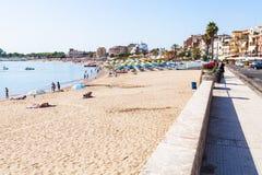 Strand och strand i den Giardini Naxos staden Royaltyfri Fotografi