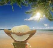 Strand och tropiskt hav Arkivbild