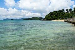 Strand och tropiskt hav royaltyfria bilder