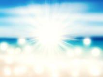 Strand och tropiskt hav med den ljusa solen royaltyfri foto