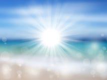 Strand och tropiskt hav med den ljusa solen arkivfoton
