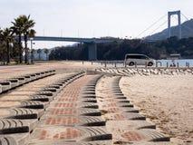 Strand och upphängningbro Arkivfoto