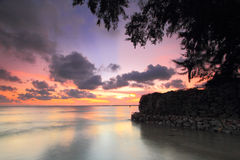 Strand och våg på solnedgång Arkivbild