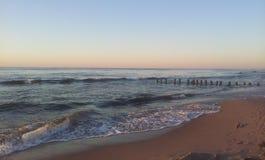 Strand och vågor förbi Östersjön arkivbilder