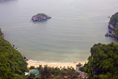 Strand onder klippen bij Cat Ba-eiland Stock Foto's