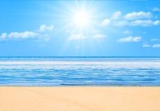 Strand onder zon stock afbeelding