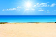 Strand onder zon royalty-vrije stock fotografie