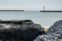 Strand in Oostende en vuurtoren, België royalty-vrije stock afbeeldingen