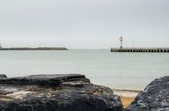 Strand in Oostende en vuurtoren, België stock fotografie