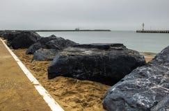 Strand in Oostende en vuurtoren, België stock afbeeldingen